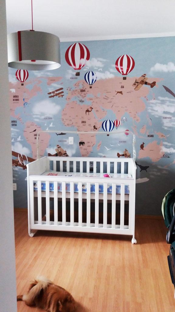 Papel de parede mapa mundi quarto infantil modelo 18-D personalizado com baloes vermelho e azul.