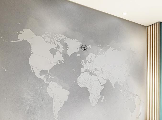 Papel de Parede Mapa Mundi em tons de cinza com estilo minimalista aplicado